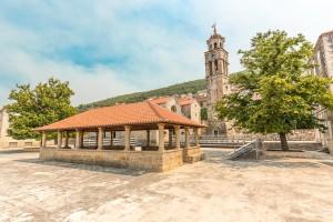 Blato, náměstí s arkádami a kostelní věží