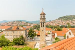 Blato, kostelní věž a domy