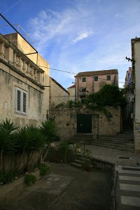 Korčula, dvůr u domu ve starém městě