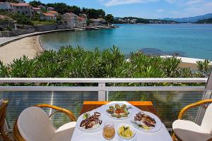 Lumbarda, pohled z restaurace na pláž Tatinja