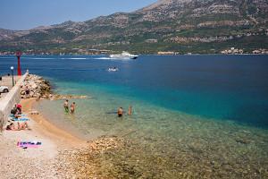 Oblázková pláž ve městě Korčula