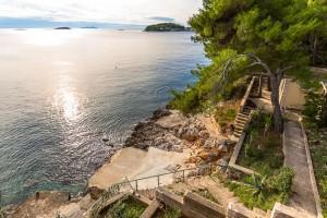 Prižba, vybetonované plochy pro slunění se schody do moře