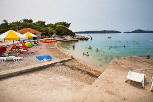 Prižba - písčitooblázková pláž u poloostrova Prišćapac, ostrov Korčula, Chorvatsko