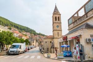 Smokvica, náměstí s kostelní věží
